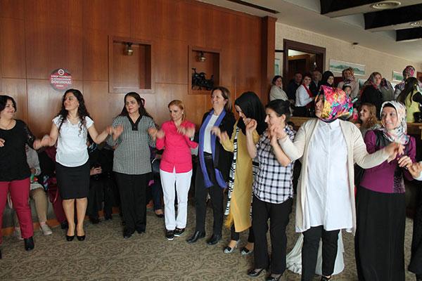 DİSK Genel Sekreteri Dr. Arzu Çerkezoğlu üyelerimizle halayda